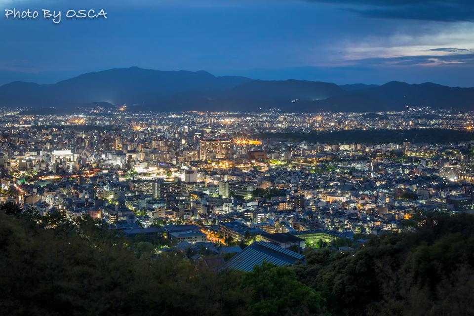 京都市の夜景を一望できる将軍塚青龍殿の夜の特別拝観 - 夜景散歩